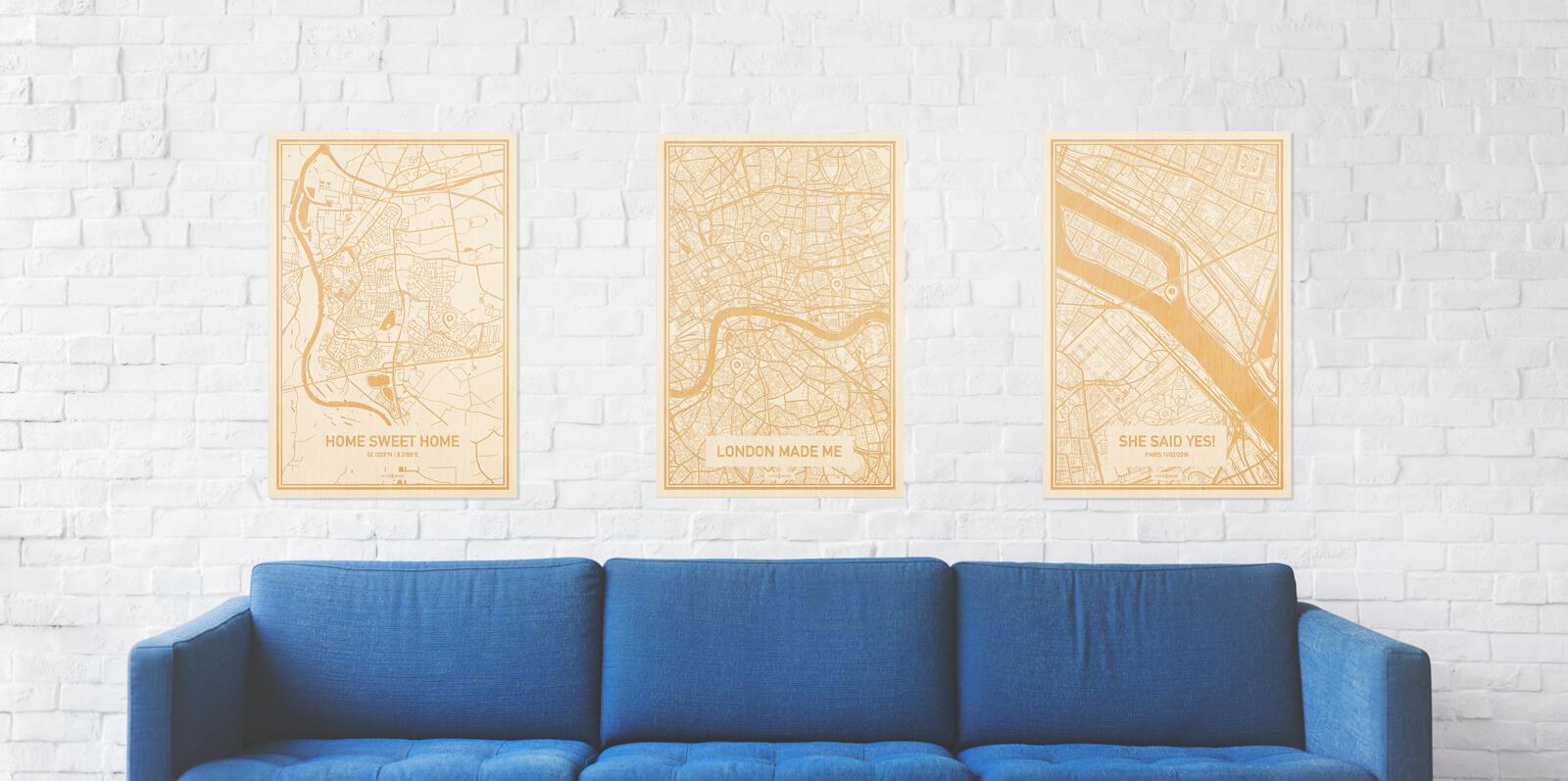 Een grote zitbank met daarboven drie houten persoonlijke plattegronden. Ook de Plattegrond $place is volledig personaliseerbaar.