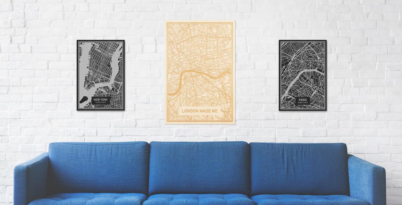 Comfortabele woonkamer zithoek met drie stadskaarten van diverse materialen zoals hout en acrylaat. Drie varianten op de prachtige houtgravure van $plattegrond Rotterdam.