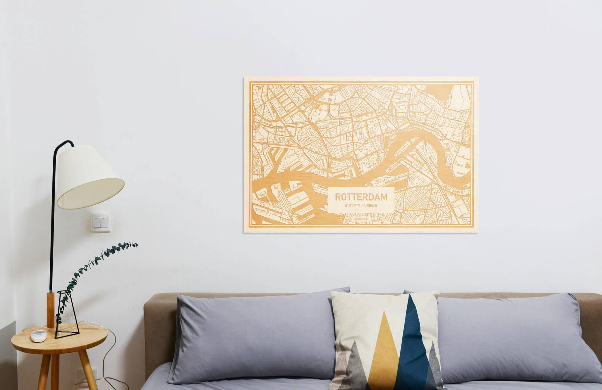 Comfortabele bank met een landschap oriëntatie van de Plattegrond $place als prachtige houten wanddecoratie. Het warme hout brengt veel balans op de 'koude' witte muur.