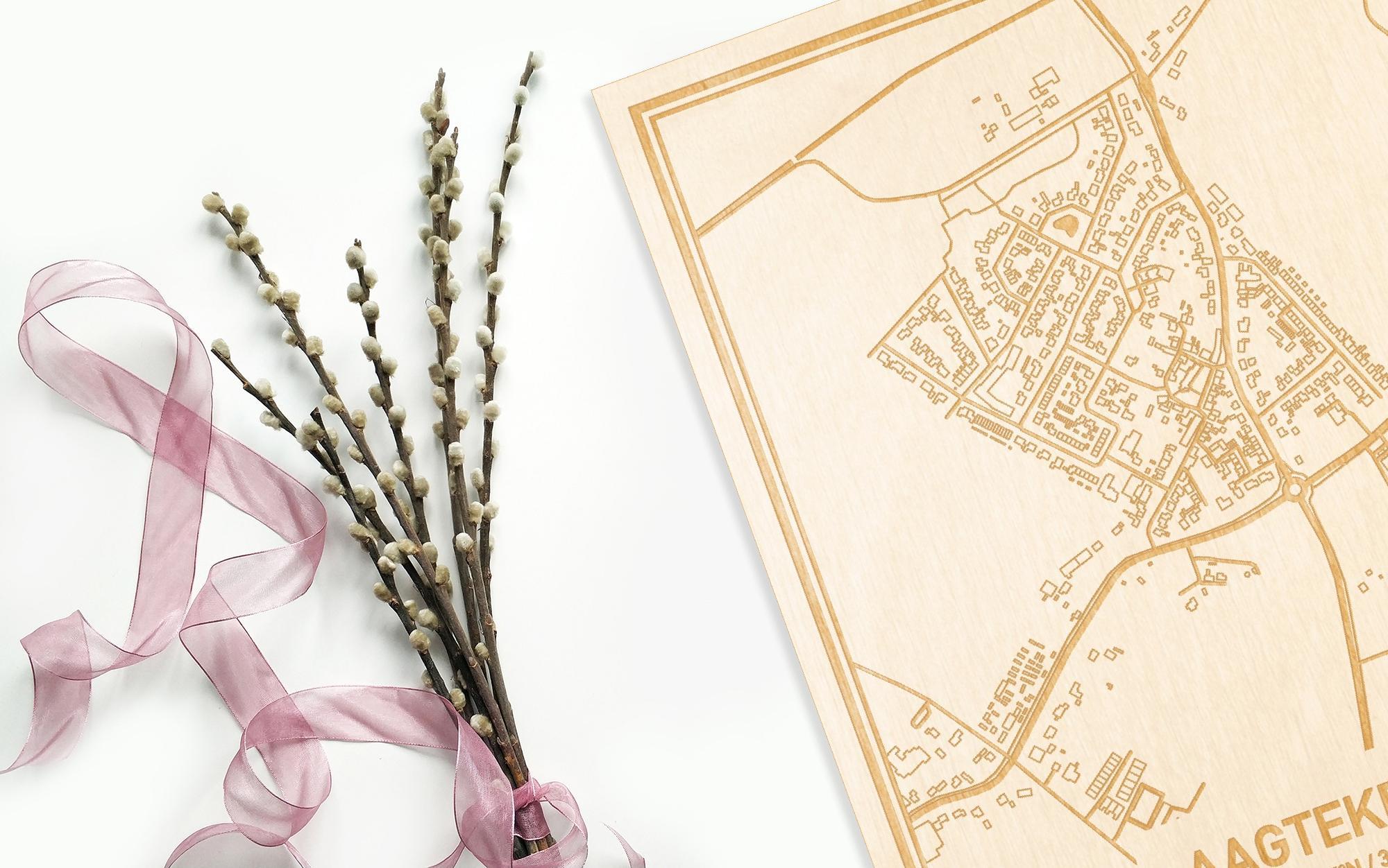 Hier ligt de houten plattegrond Aagtekerke naast een bloemetje als gepersonaliseerd cadeau voor haar.