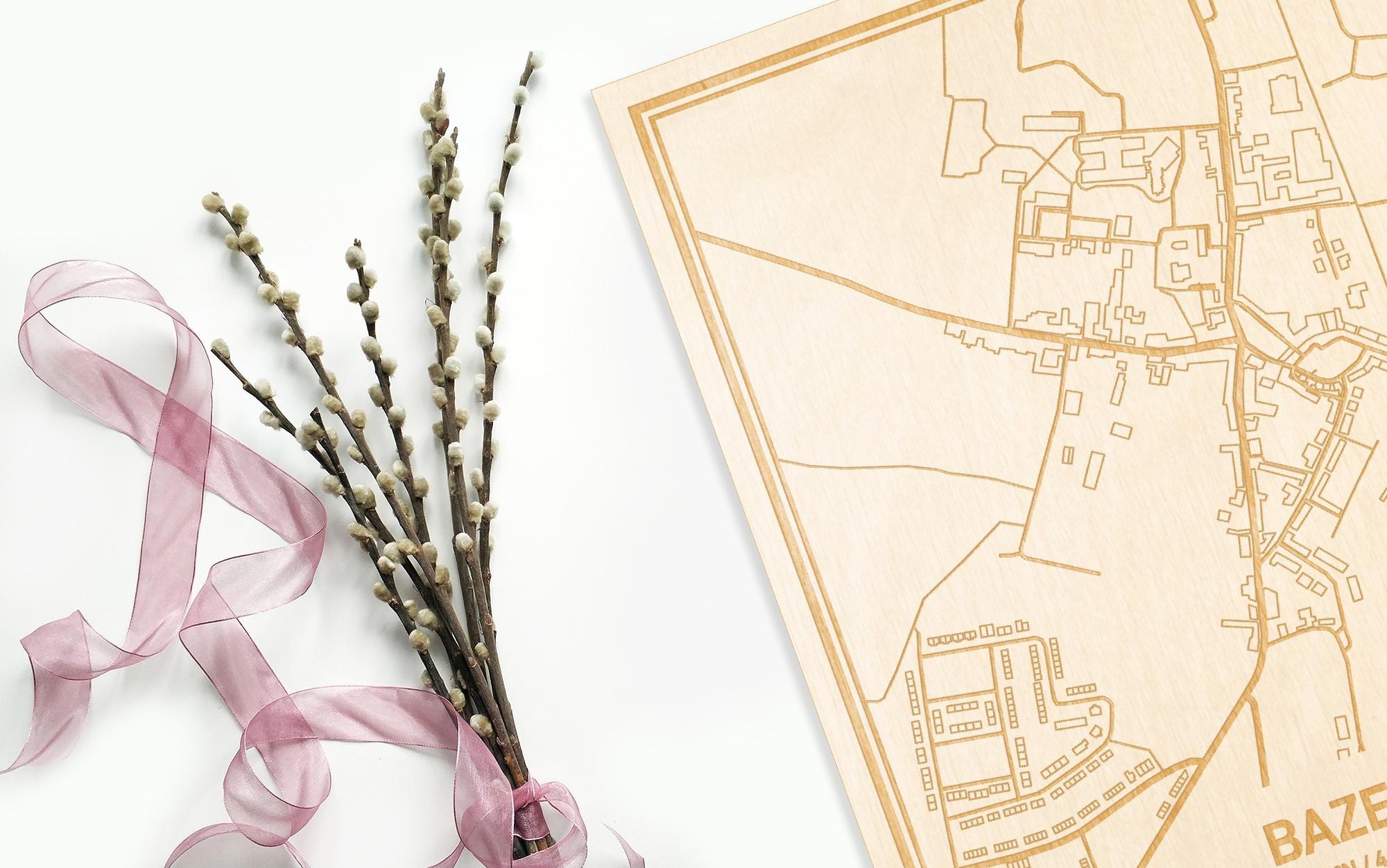 Hier ligt de houten plattegrond Bazel naast een bloemetje als gepersonaliseerd cadeau voor haar.