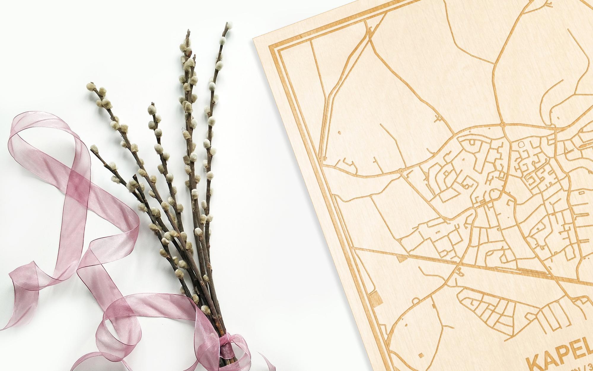 Hier ligt de houten plattegrond Kapelle naast een bloemetje als gepersonaliseerd cadeau voor haar.