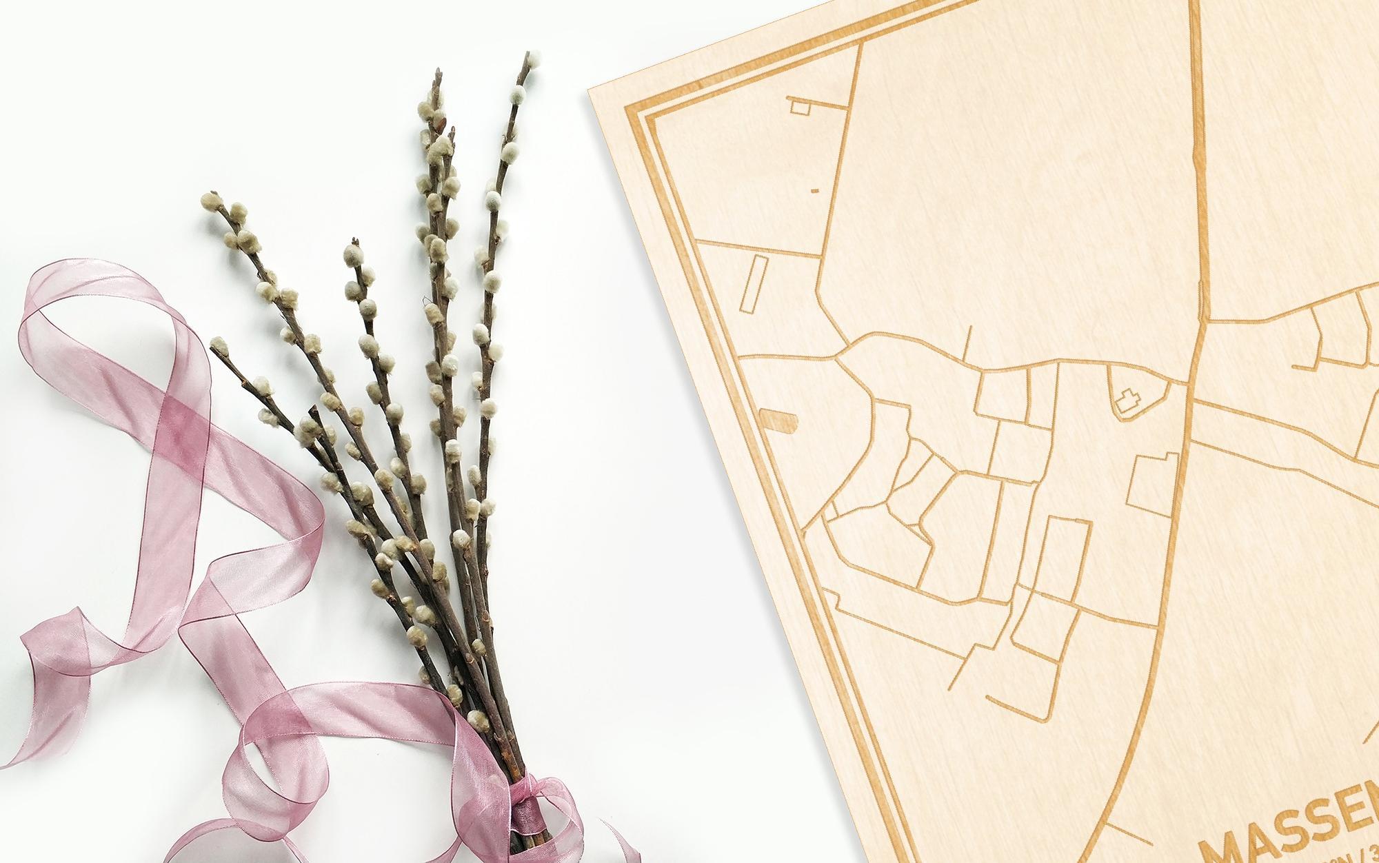 Hier ligt de houten plattegrond Massemen naast een bloemetje als gepersonaliseerd cadeau voor haar.