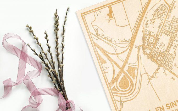 Hier ligt de houten plattegrond Nieuw- en Sint Joosland naast een bloemetje als gepersonaliseerd cadeau voor haar.