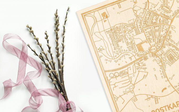 Hier ligt de houten plattegrond Oostkapelle naast een bloemetje als gepersonaliseerd cadeau voor haar.