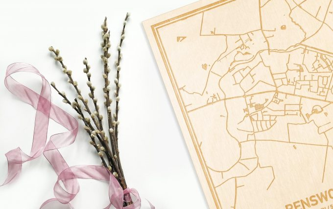 Hier ligt de houten plattegrond Renswoude naast een bloemetje als gepersonaliseerd cadeau voor haar.