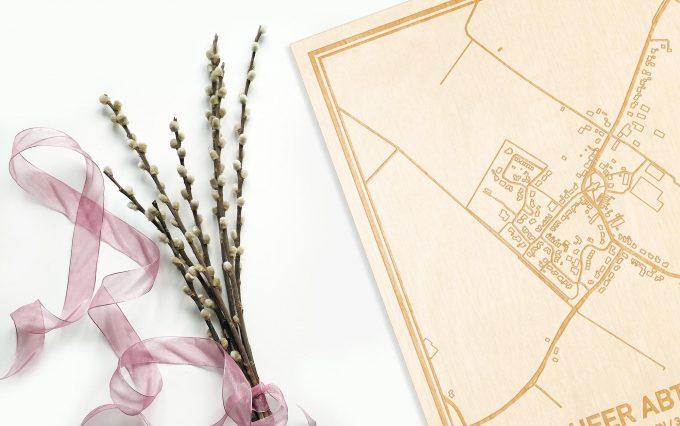 Hier ligt de houten plattegrond 's-Heer Abtskerke naast een bloemetje als gepersonaliseerd cadeau voor haar.