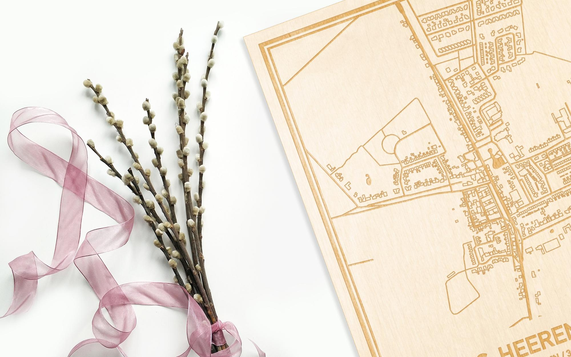 Hier ligt de houten plattegrond 's-Heerenhoek naast een bloemetje als gepersonaliseerd cadeau voor haar.