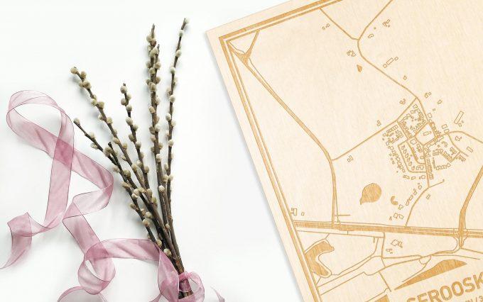 Hier ligt de houten plattegrond Serooskerke naast een bloemetje als gepersonaliseerd cadeau voor haar.