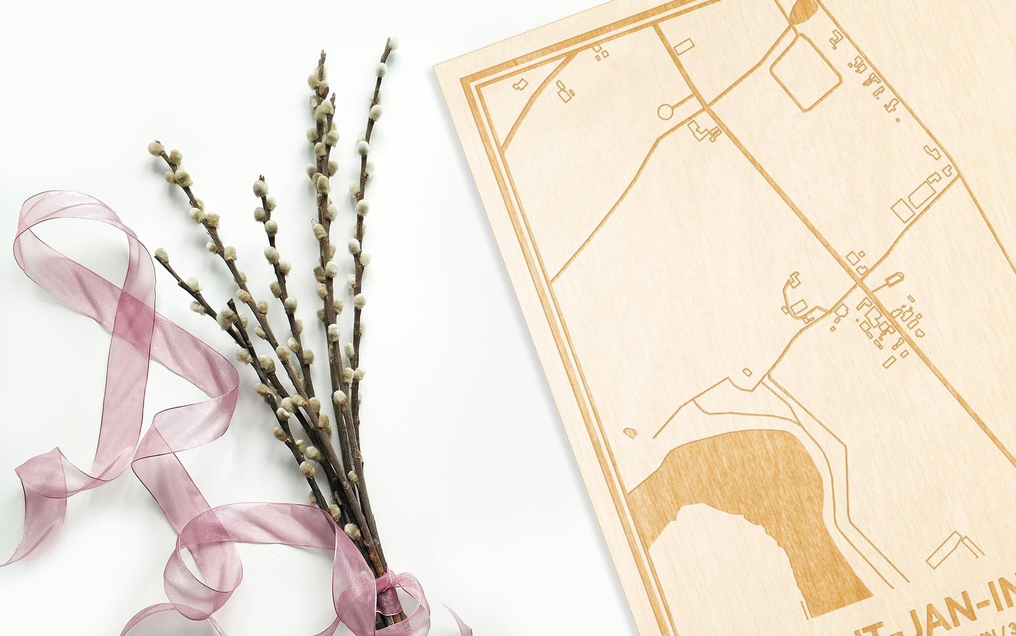 Hier ligt de houten plattegrond Sint-Jan-In-Eremo naast een bloemetje als gepersonaliseerd cadeau voor haar.