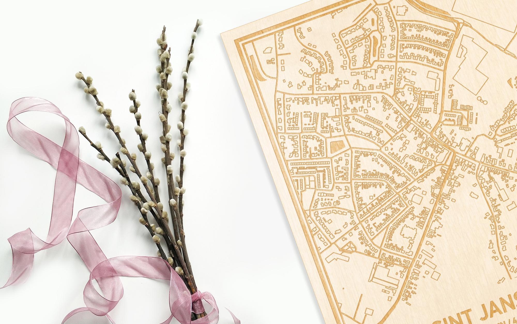 Hier ligt de houten plattegrond Sint Jansteen naast een bloemetje als gepersonaliseerd cadeau voor haar.