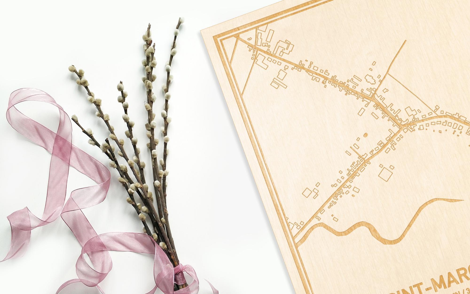Hier ligt de houten plattegrond Sint-Margriete naast een bloemetje als gepersonaliseerd cadeau voor haar.