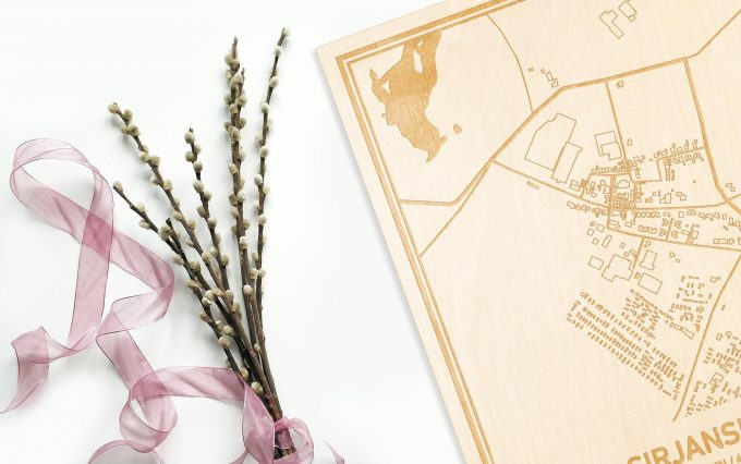 Hier ligt de houten plattegrond Sirjansland naast een bloemetje als gepersonaliseerd cadeau voor haar.