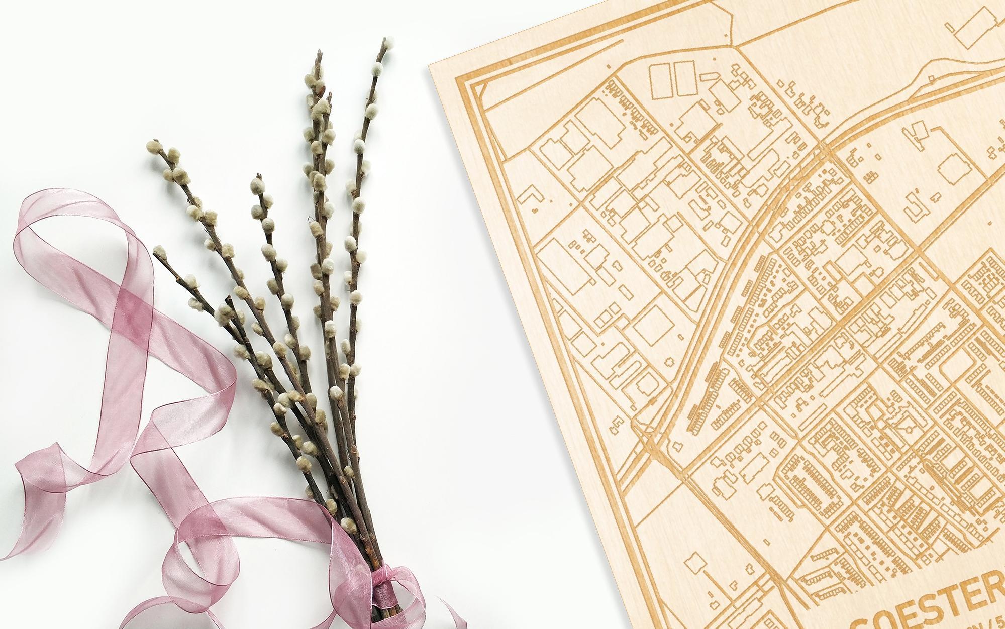 Hier ligt de houten plattegrond Soesterberg naast een bloemetje als gepersonaliseerd cadeau voor haar.