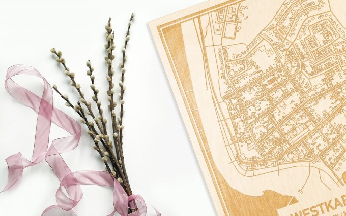 Hier ligt de houten plattegrond Westkapelle naast een bloemetje als gepersonaliseerd cadeau voor haar.