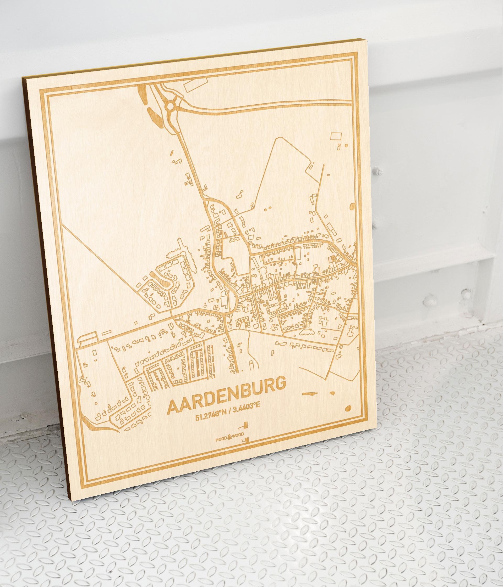 Plattegrond Aardenburg als prachtige houten wanddecoratie. Het warme hout contrasteert mooi met de witte muur.
