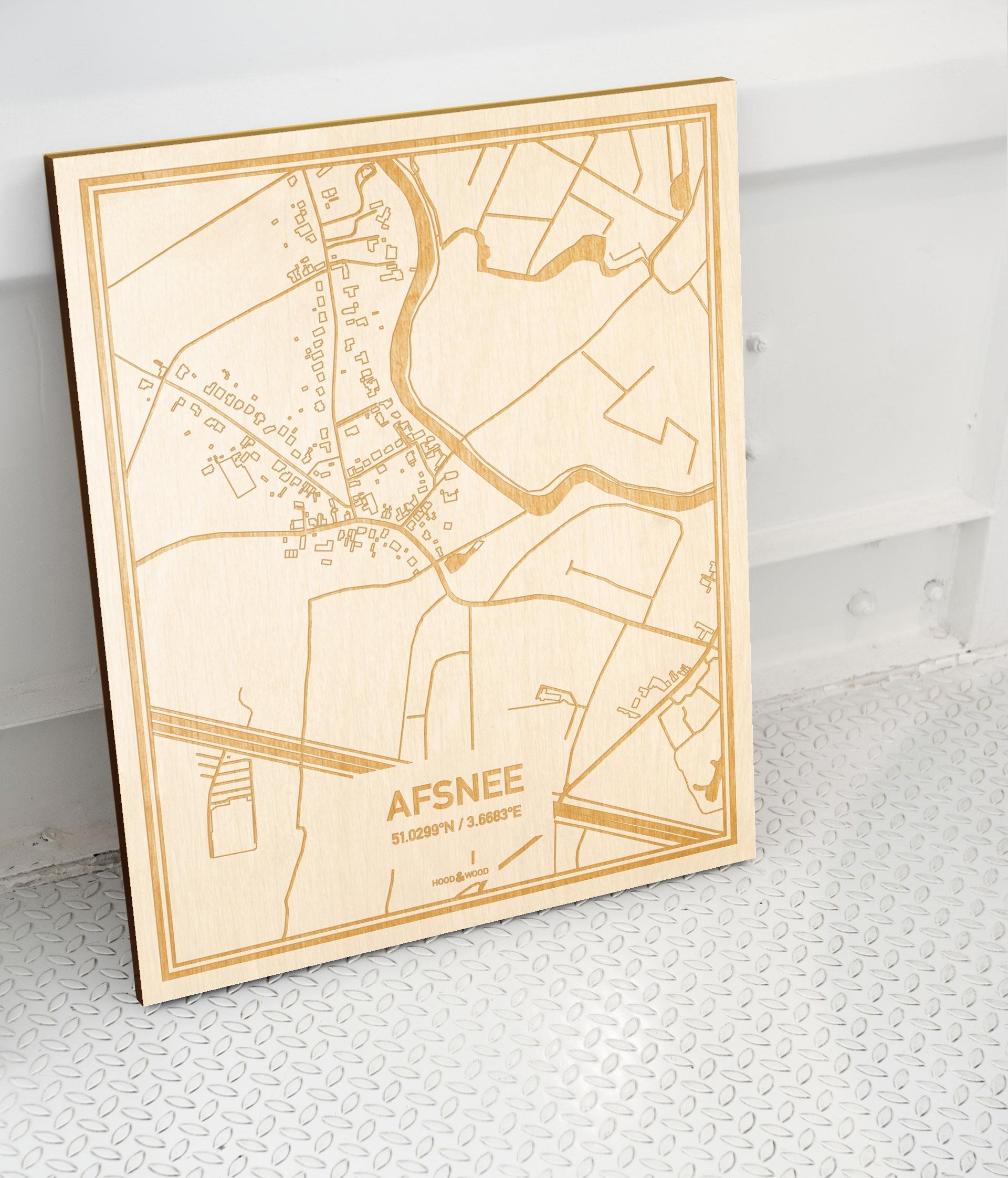 Plattegrond Afsnee als prachtige houten wanddecoratie. Het warme hout contrasteert mooi met de witte muur.