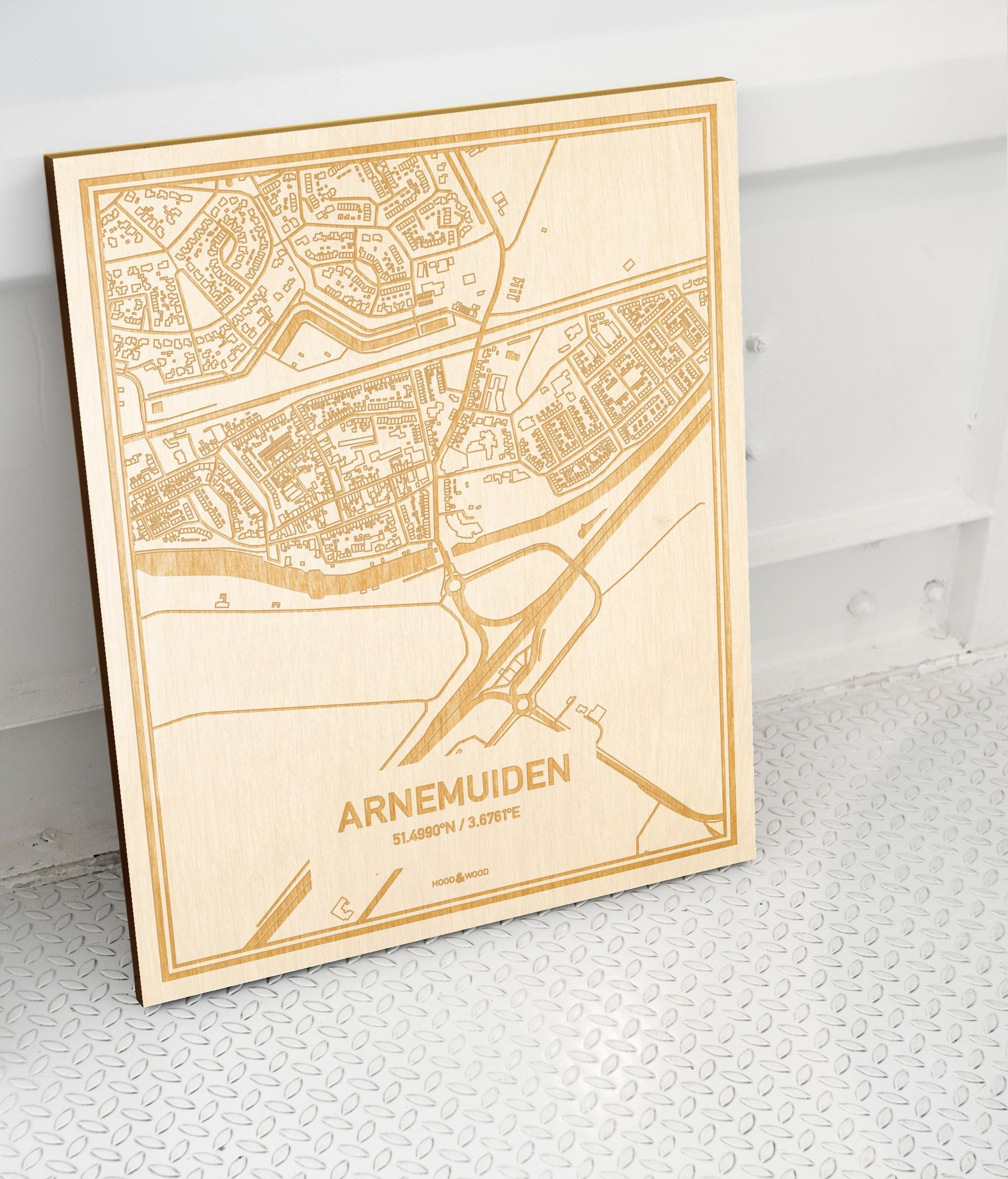 Plattegrond Arnemuiden als prachtige houten wanddecoratie. Het warme hout contrasteert mooi met de witte muur.