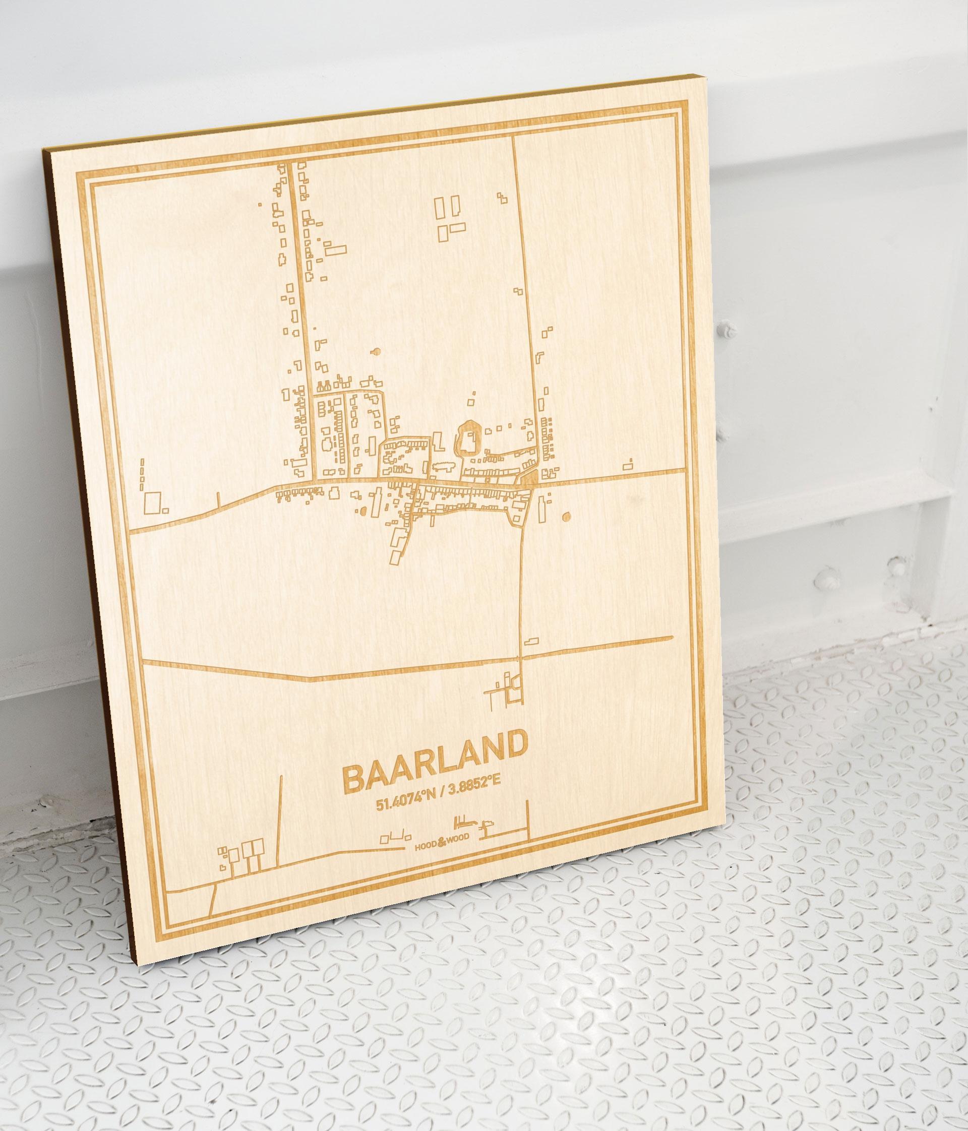 Plattegrond Baarland als prachtige houten wanddecoratie. Het warme hout contrasteert mooi met de witte muur.