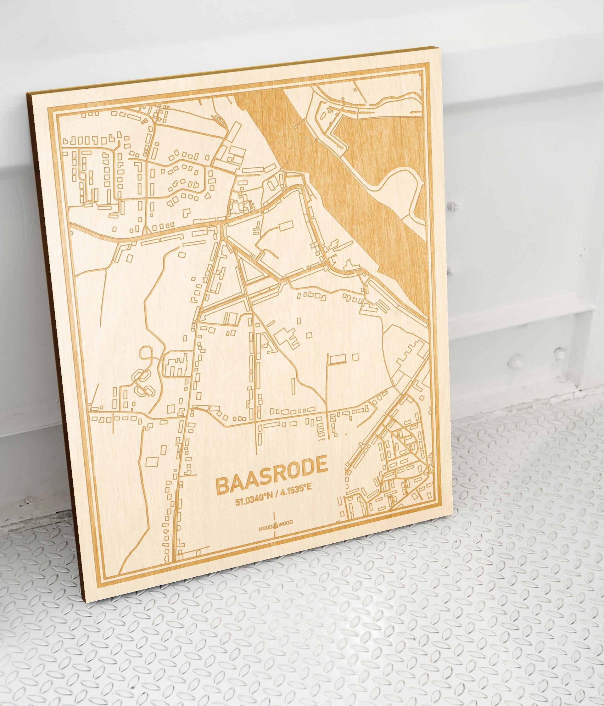Plattegrond Baasrode als prachtige houten wanddecoratie. Het warme hout contrasteert mooi met de witte muur.