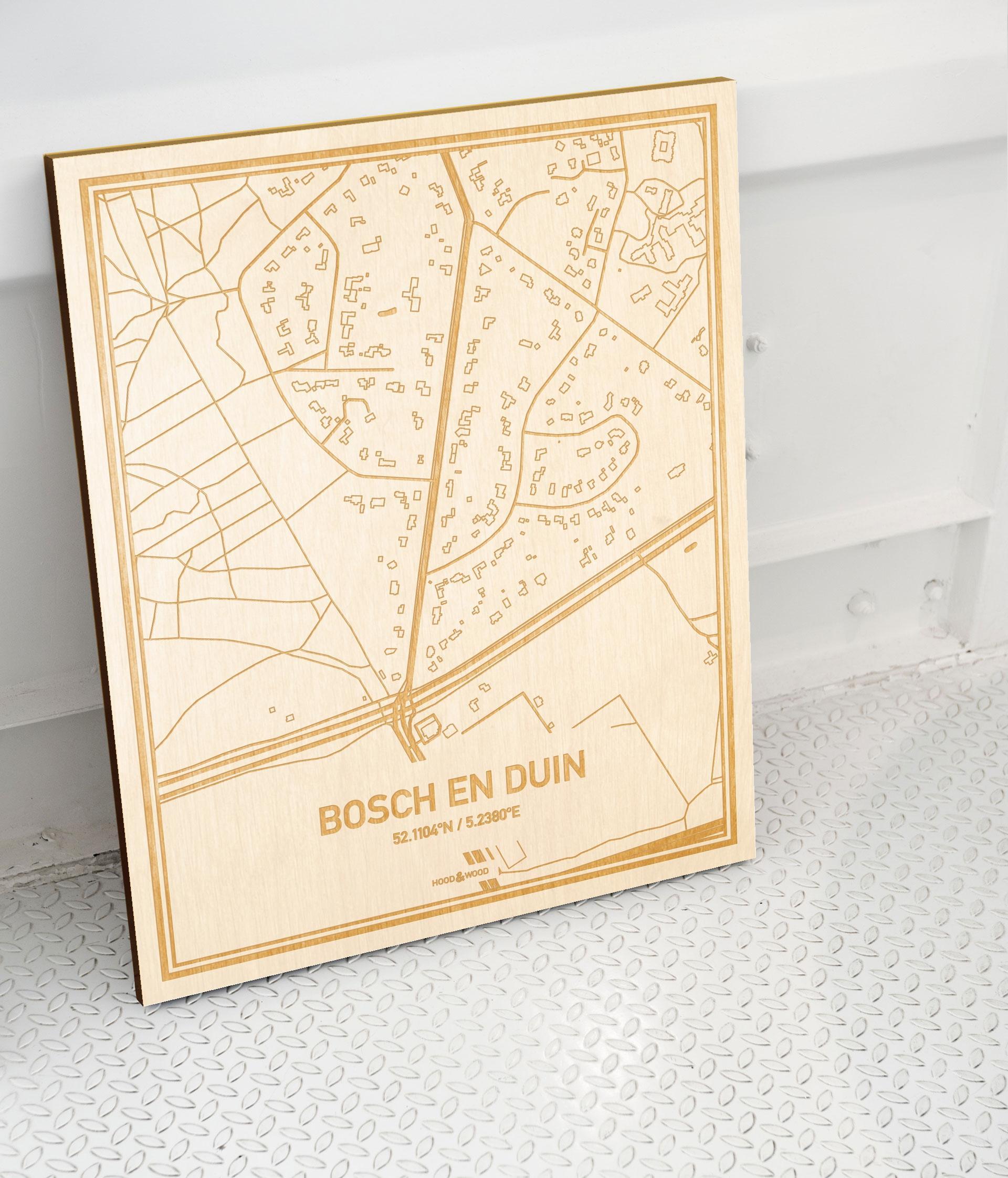 Plattegrond Bosch en Duin als prachtige houten wanddecoratie. Het warme hout contrasteert mooi met de witte muur.