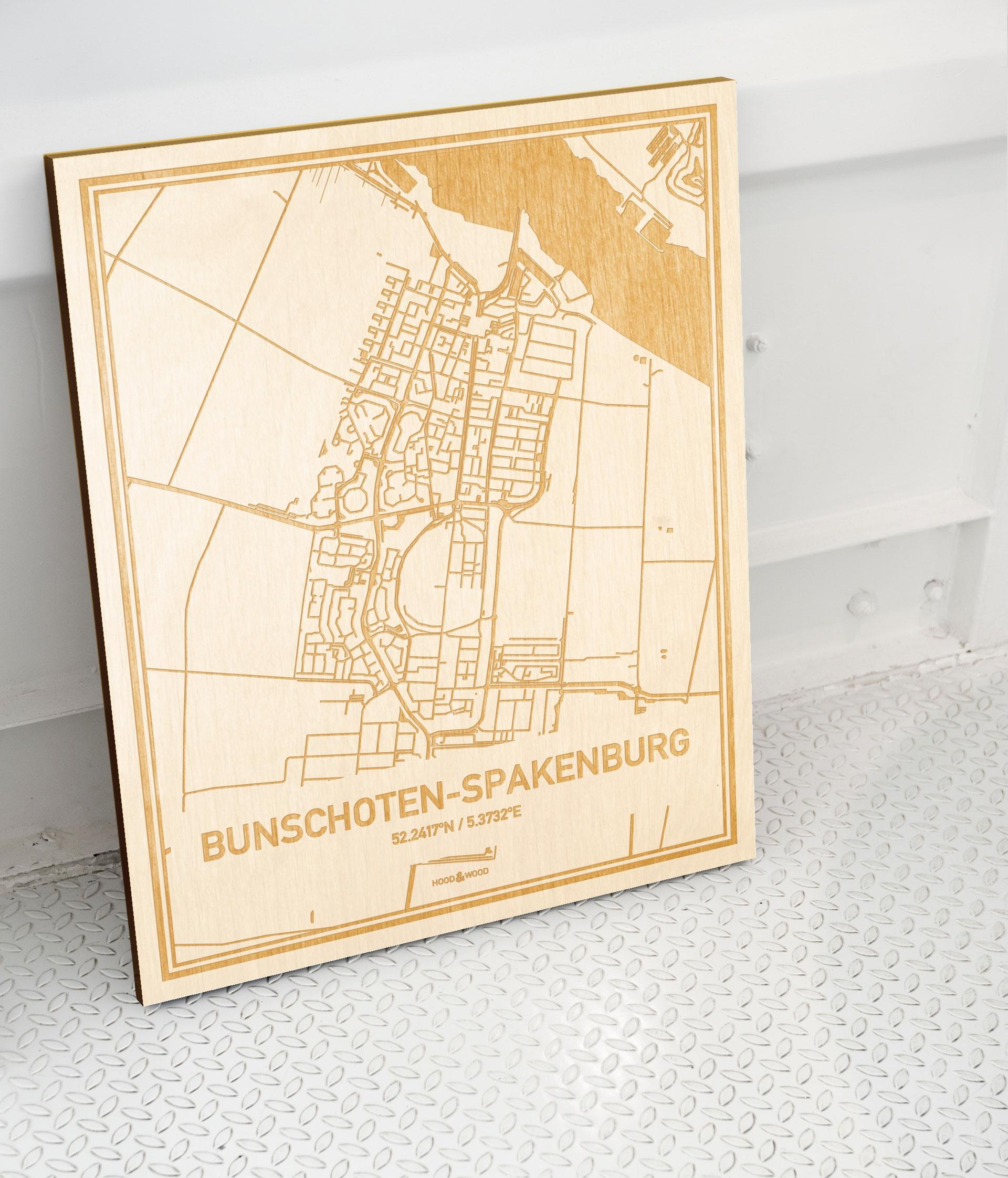 Plattegrond Bunschoten-Spakenburg als prachtige houten wanddecoratie. Het warme hout contrasteert mooi met de witte muur.