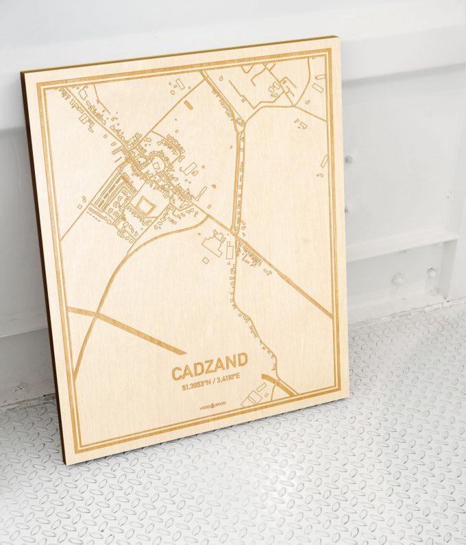 Plattegrond Cadzand als prachtige houten wanddecoratie. Het warme hout contrasteert mooi met de witte muur.