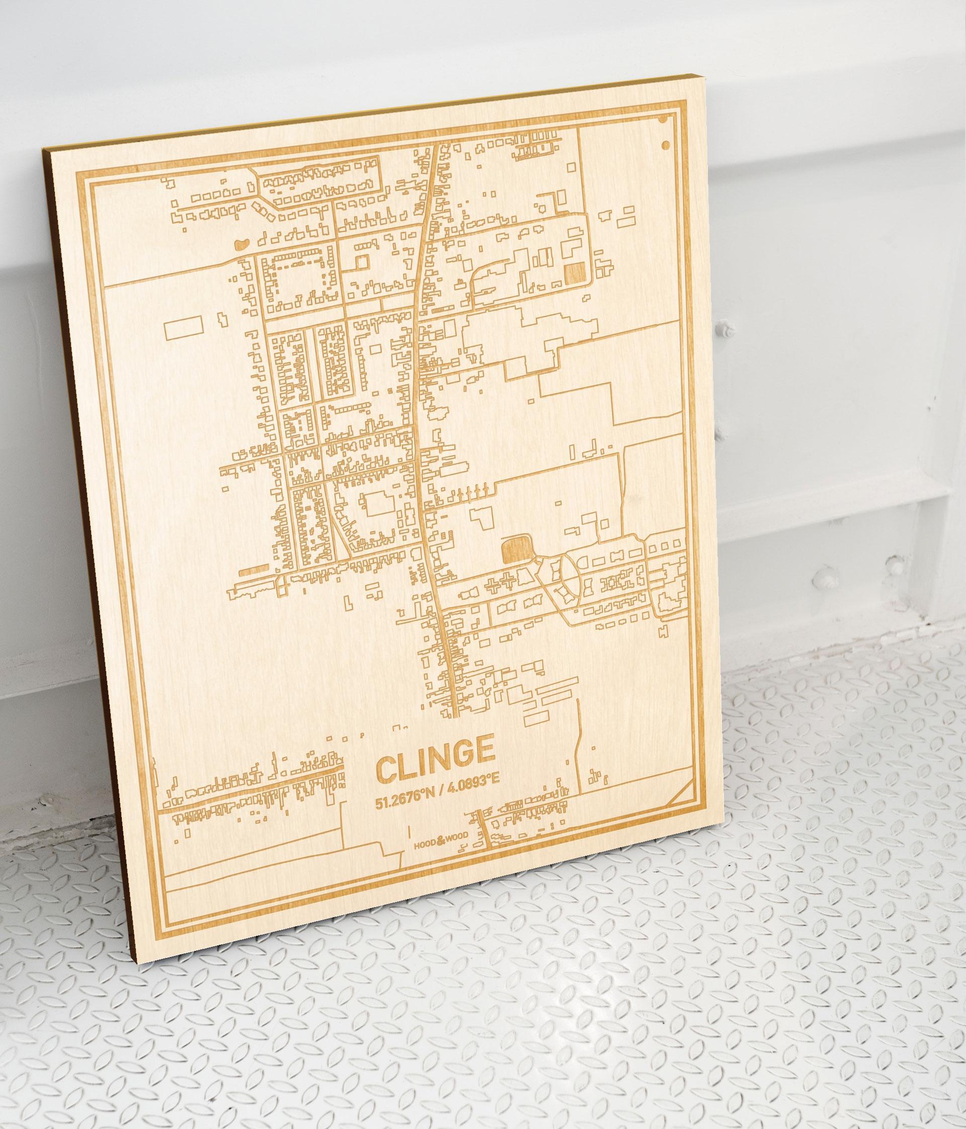 Plattegrond Clinge als prachtige houten wanddecoratie. Het warme hout contrasteert mooi met de witte muur.