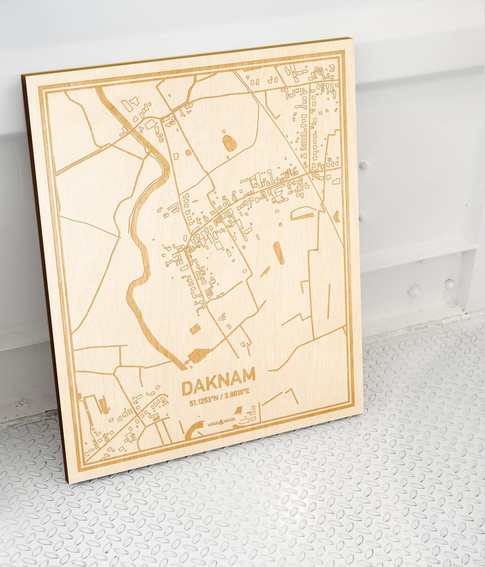 Plattegrond Daknam als prachtige houten wanddecoratie. Het warme hout contrasteert mooi met de witte muur.