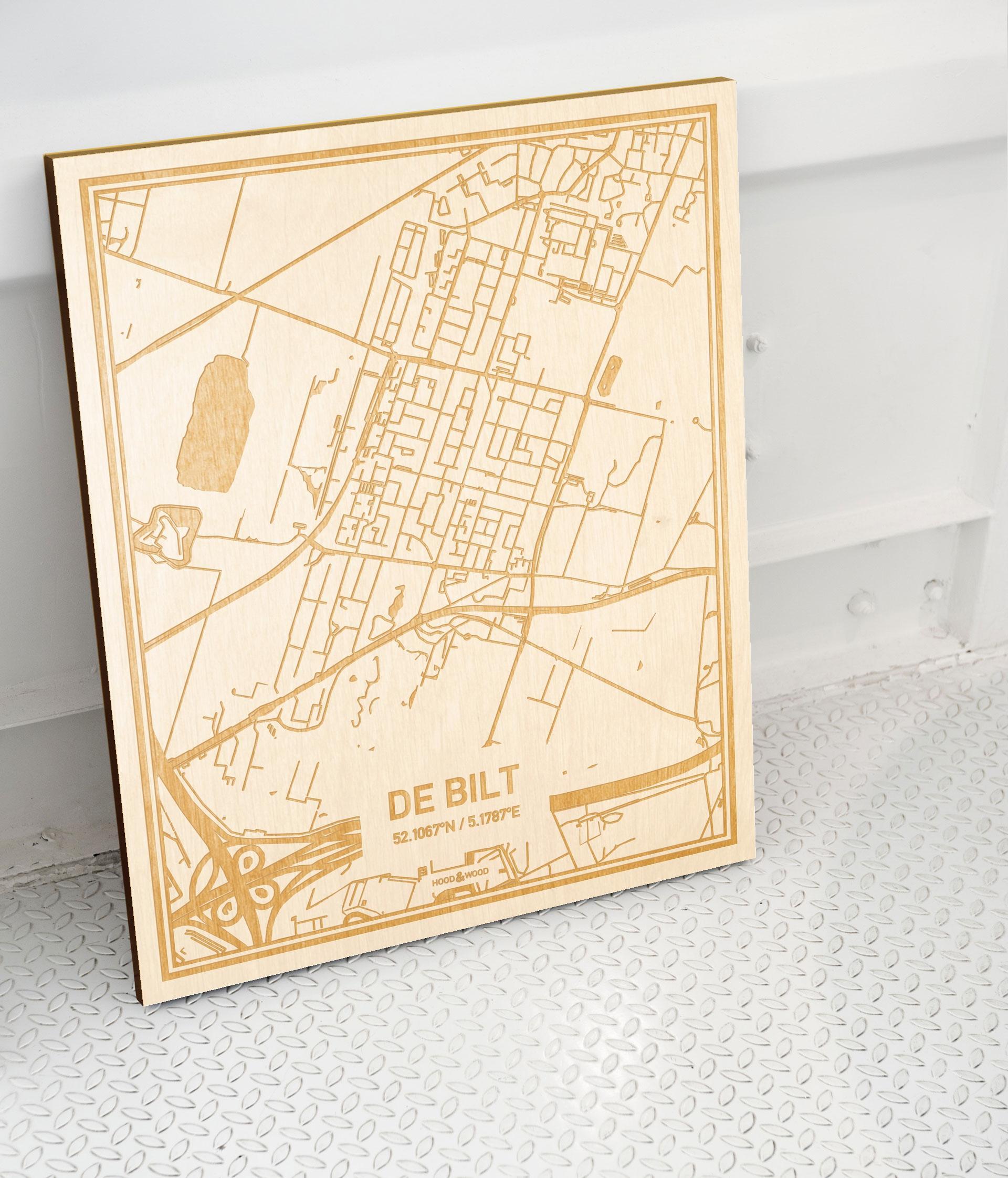 Plattegrond De Bilt als prachtige houten wanddecoratie. Het warme hout contrasteert mooi met de witte muur.