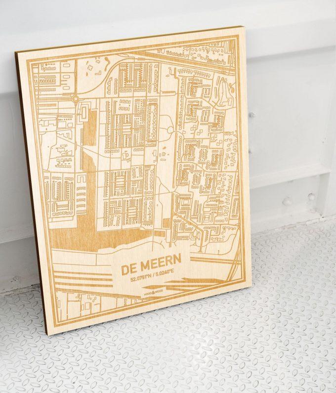 Plattegrond De Meern als prachtige houten wanddecoratie. Het warme hout contrasteert mooi met de witte muur.
