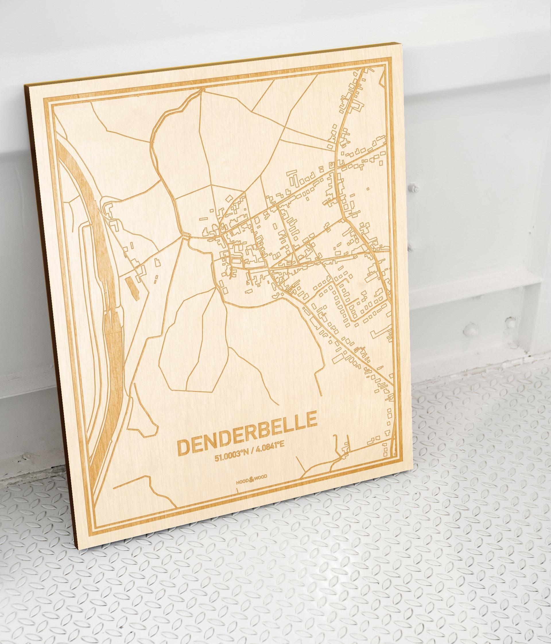 Plattegrond Denderbelle als prachtige houten wanddecoratie. Het warme hout contrasteert mooi met de witte muur.