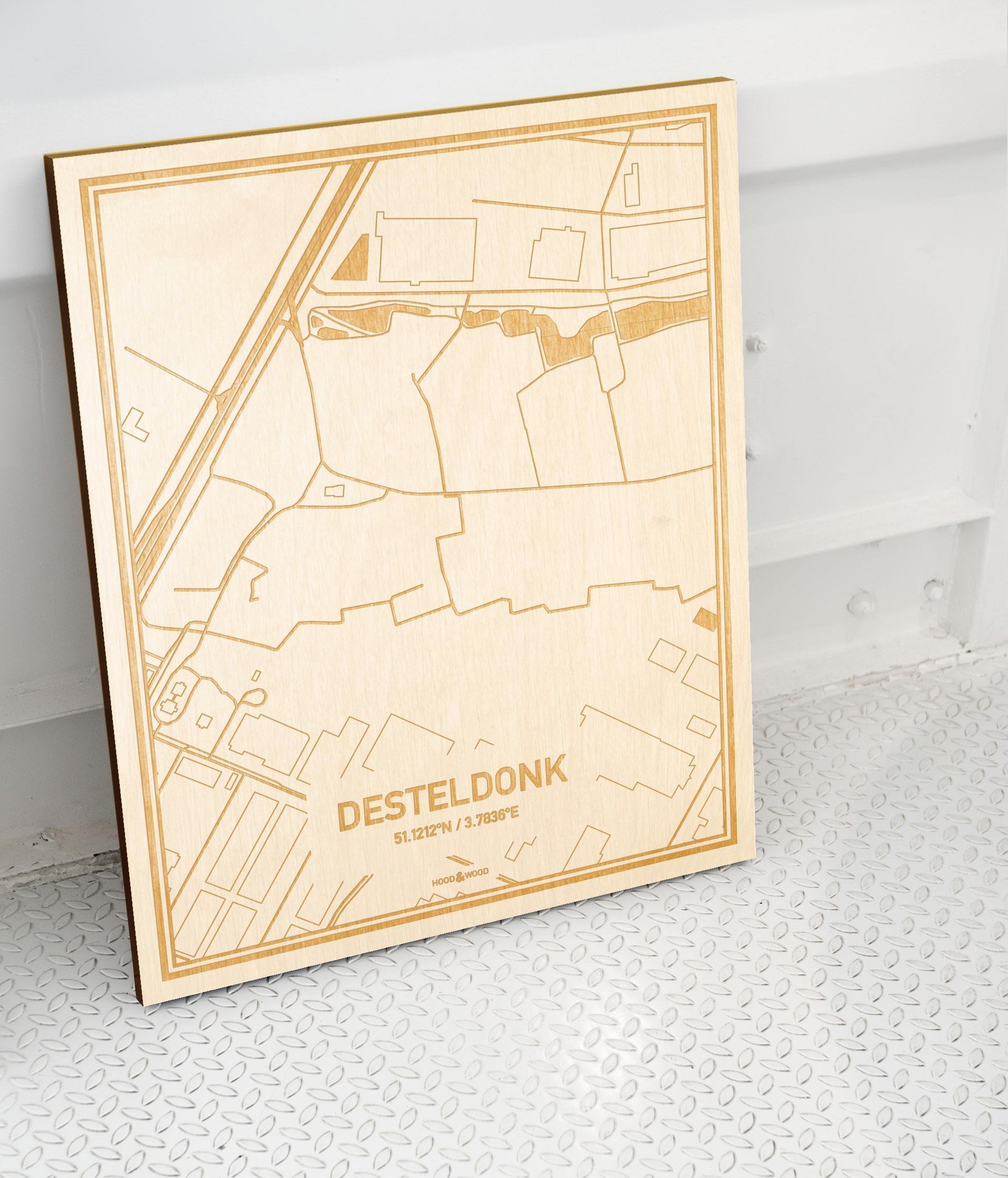 Plattegrond Desteldonk als prachtige houten wanddecoratie. Het warme hout contrasteert mooi met de witte muur.