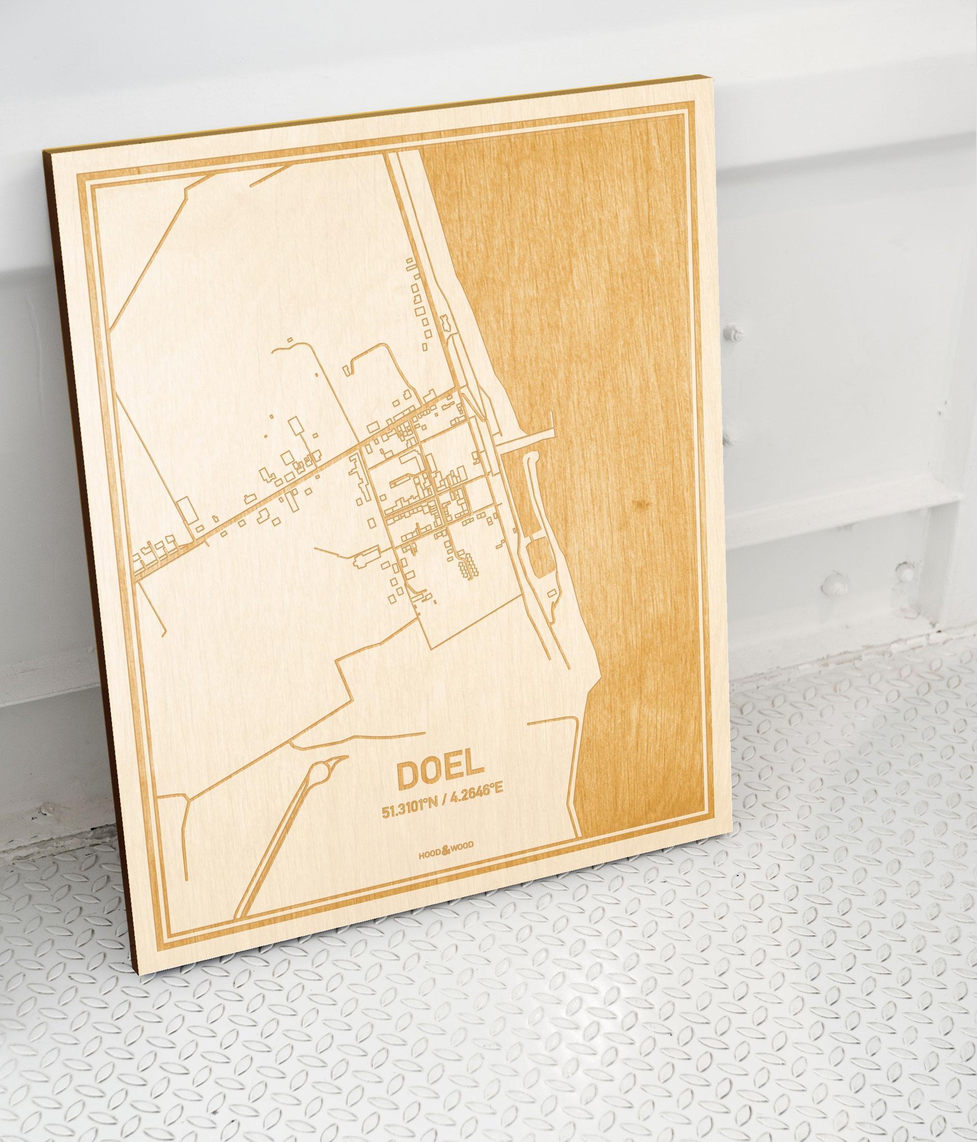 Plattegrond Doel als prachtige houten wanddecoratie. Het warme hout contrasteert mooi met de witte muur.