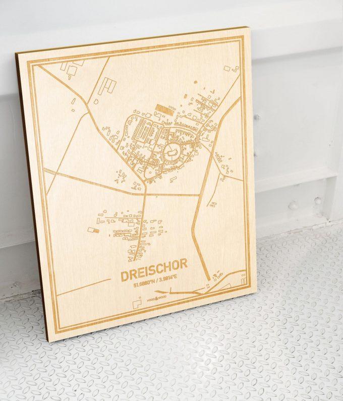 Plattegrond Dreischor als prachtige houten wanddecoratie. Het warme hout contrasteert mooi met de witte muur.