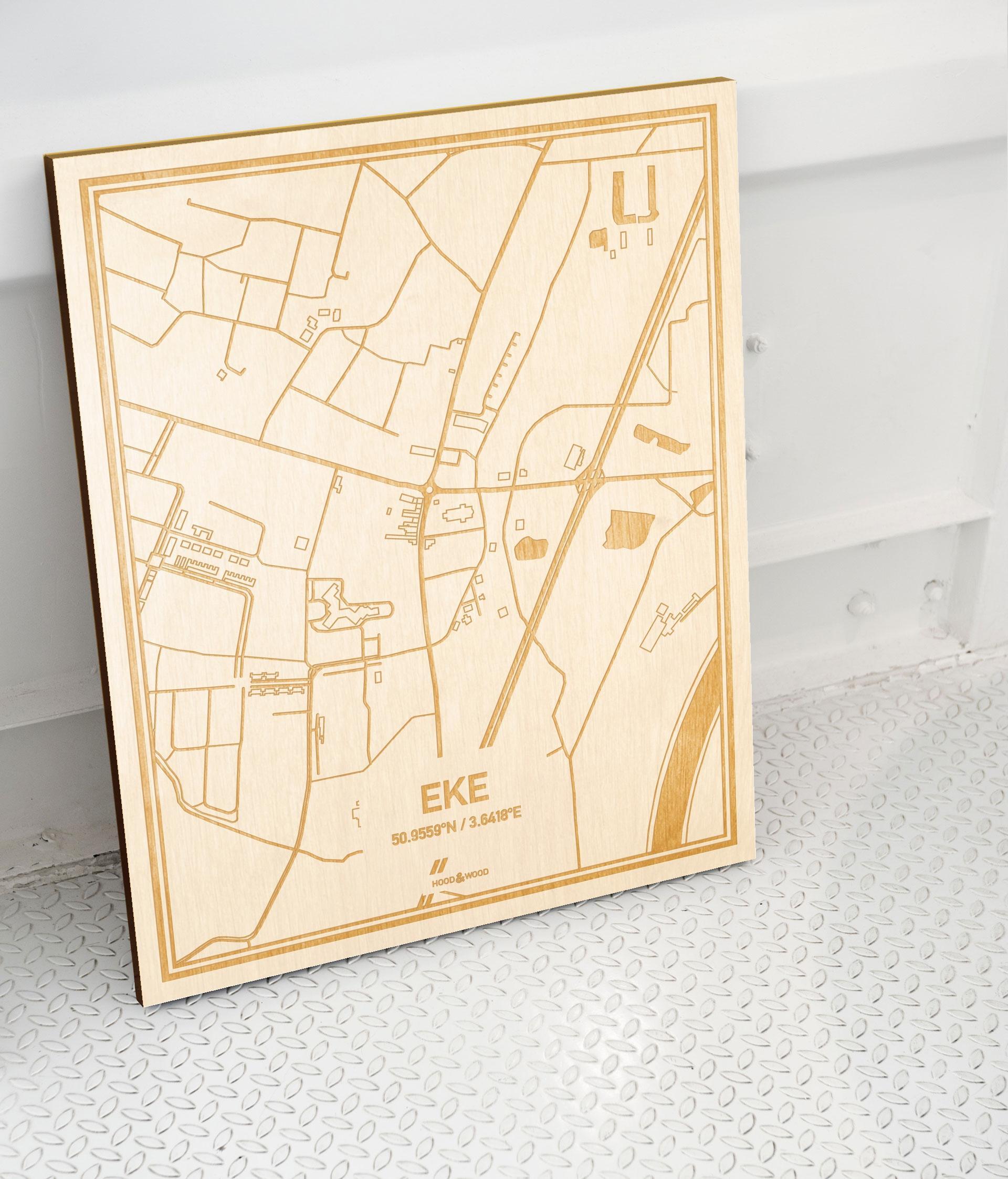 Plattegrond Eke als prachtige houten wanddecoratie. Het warme hout contrasteert mooi met de witte muur.