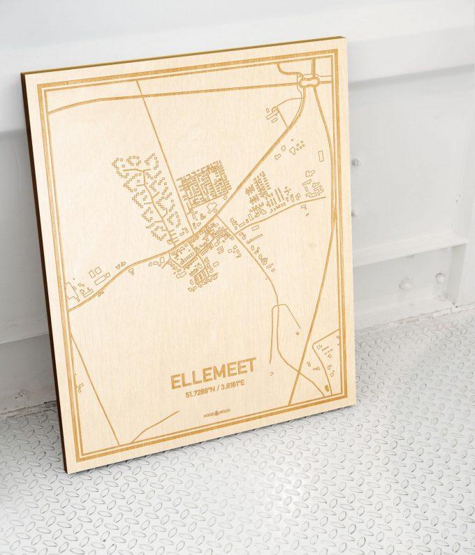 Plattegrond Ellemeet als prachtige houten wanddecoratie. Het warme hout contrasteert mooi met de witte muur.