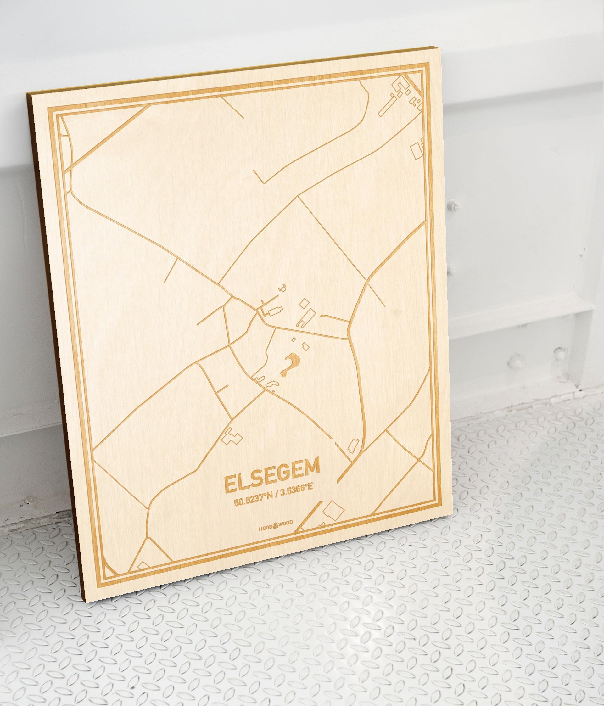 Plattegrond Elsegem als prachtige houten wanddecoratie. Het warme hout contrasteert mooi met de witte muur.