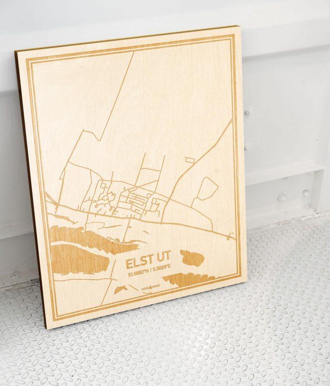 Plattegrond Elst Ut als prachtige houten wanddecoratie. Het warme hout contrasteert mooi met de witte muur.