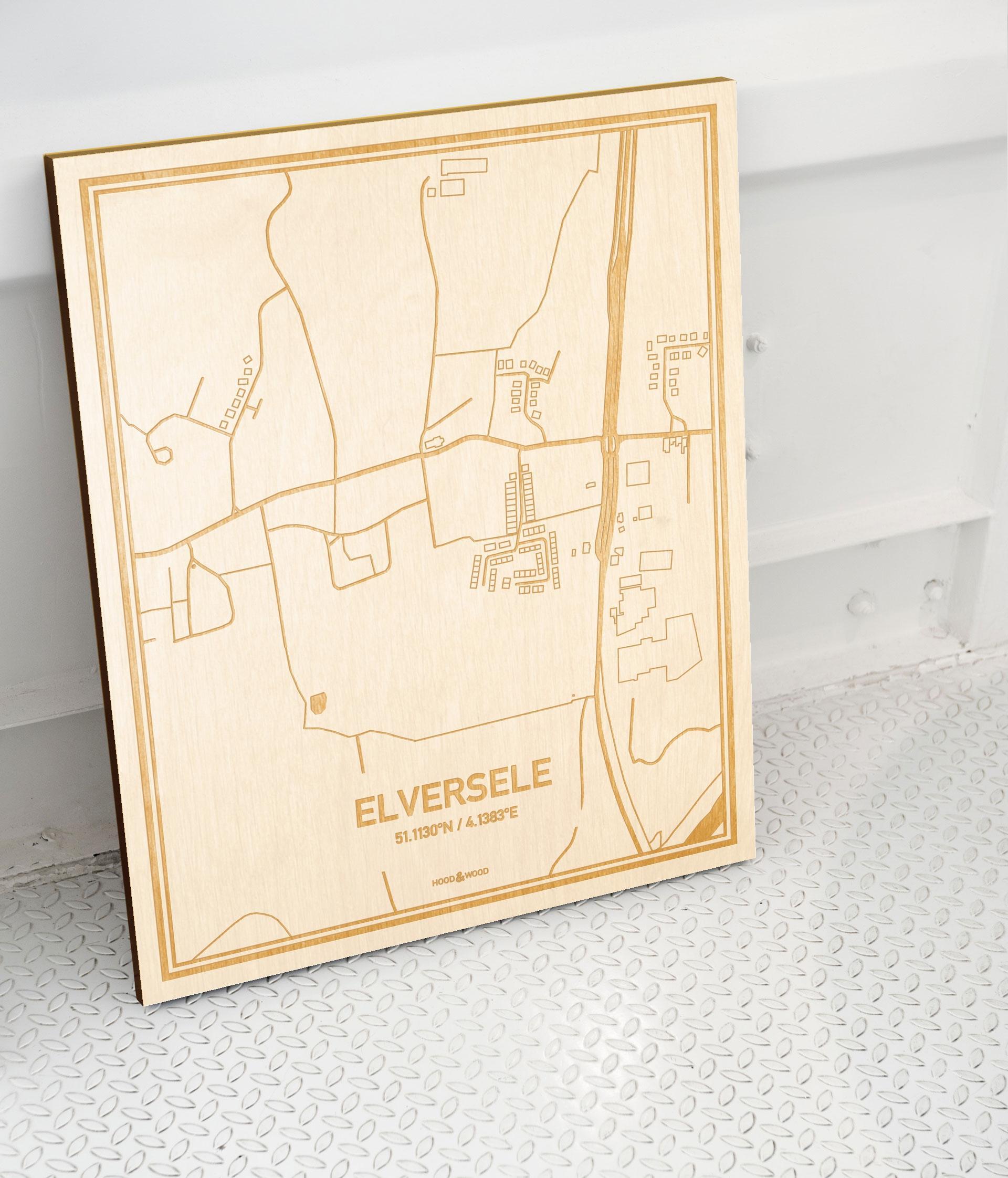 Plattegrond Elversele als prachtige houten wanddecoratie. Het warme hout contrasteert mooi met de witte muur.