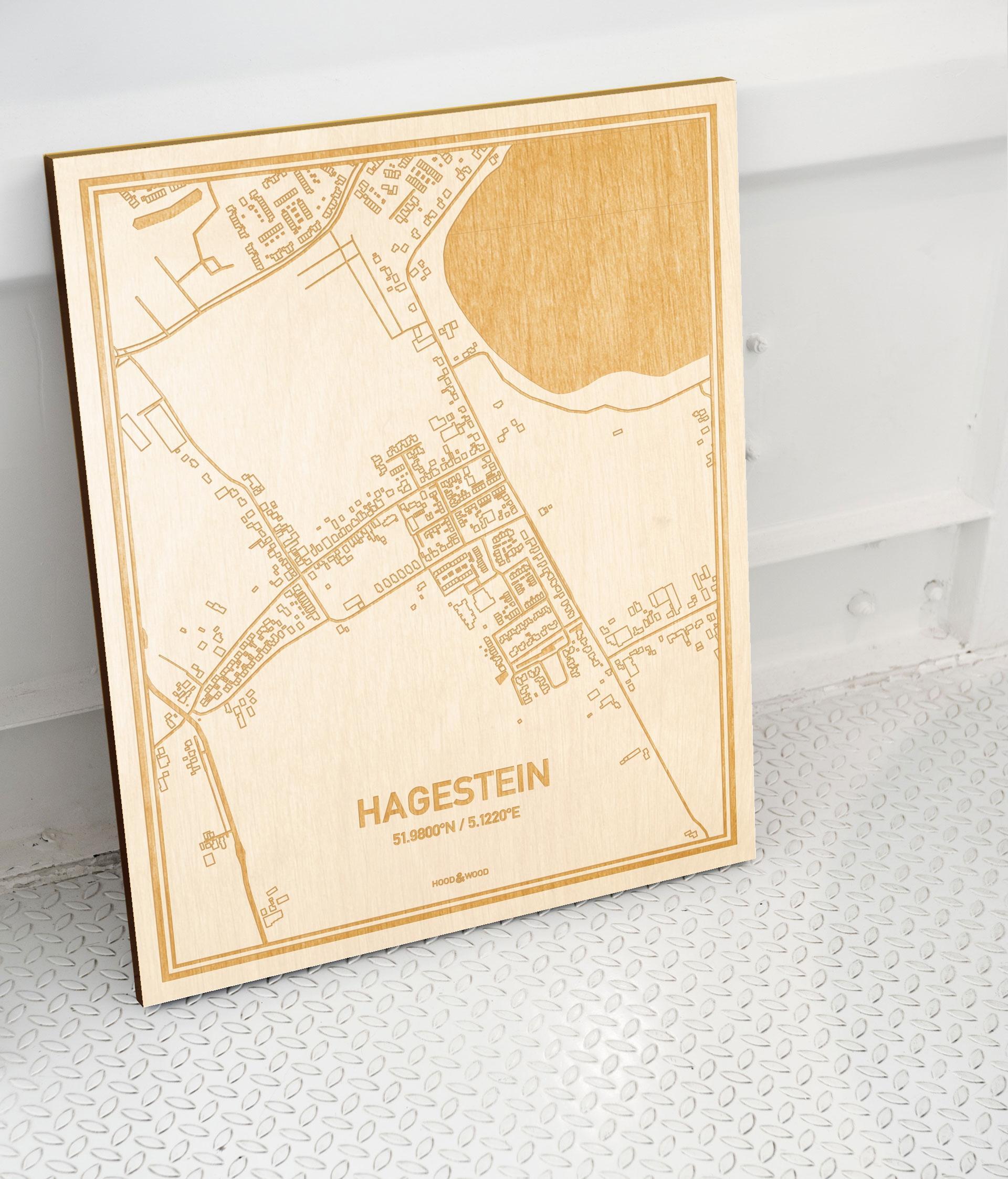 Plattegrond Hagestein als prachtige houten wanddecoratie. Het warme hout contrasteert mooi met de witte muur.