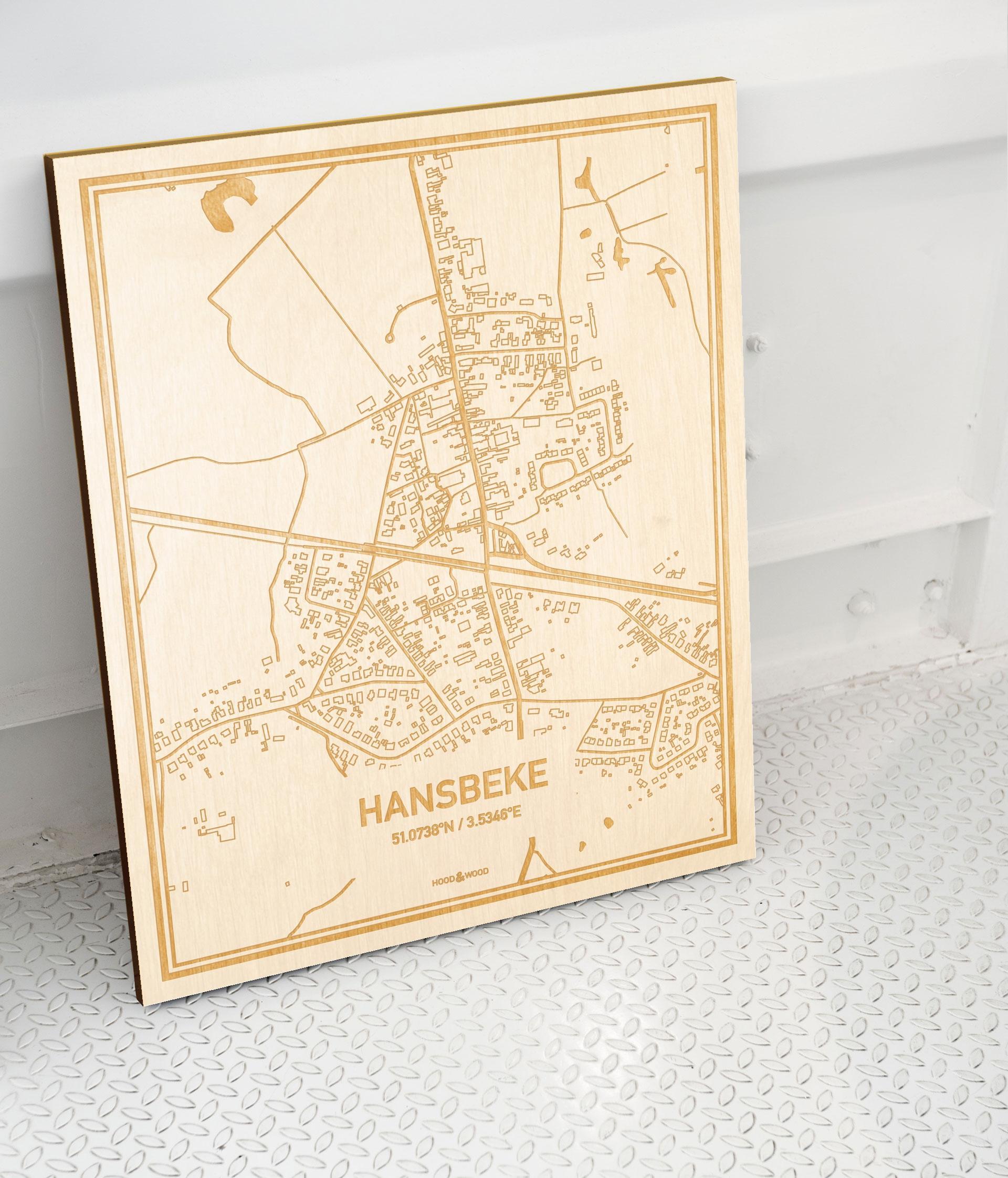 Plattegrond Hansbeke als prachtige houten wanddecoratie. Het warme hout contrasteert mooi met de witte muur.