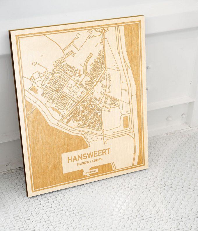 Plattegrond Hansweert als prachtige houten wanddecoratie. Het warme hout contrasteert mooi met de witte muur.