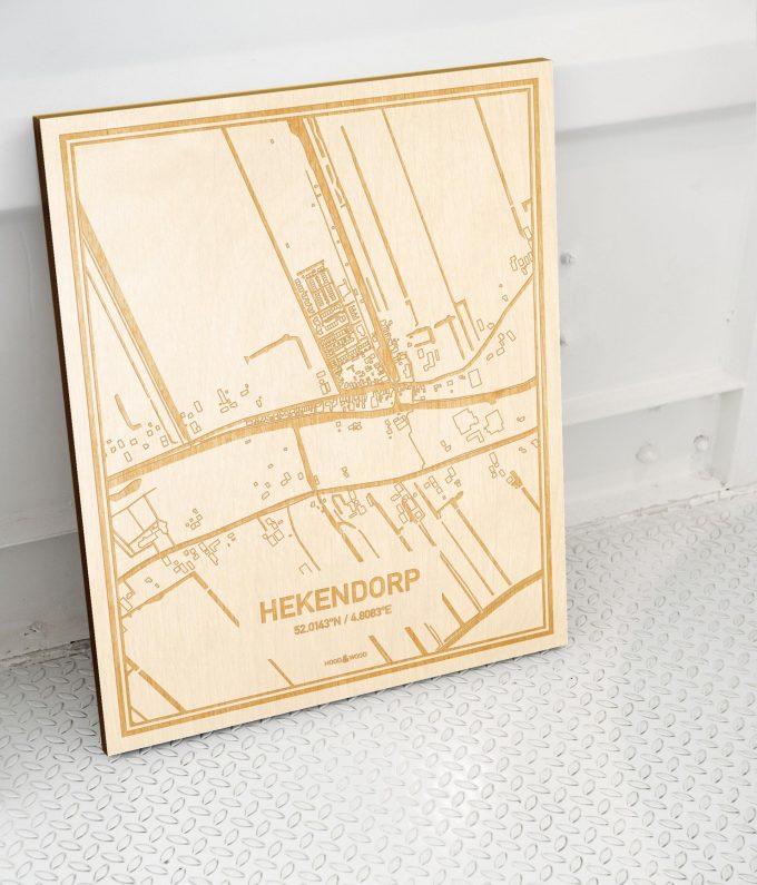 Plattegrond Hekendorp als prachtige houten wanddecoratie. Het warme hout contrasteert mooi met de witte muur.