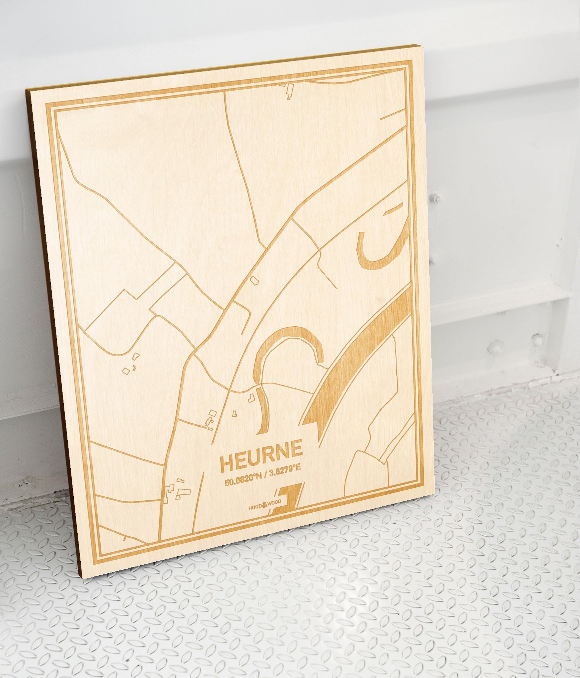 Plattegrond Heurne als prachtige houten wanddecoratie. Het warme hout contrasteert mooi met de witte muur.