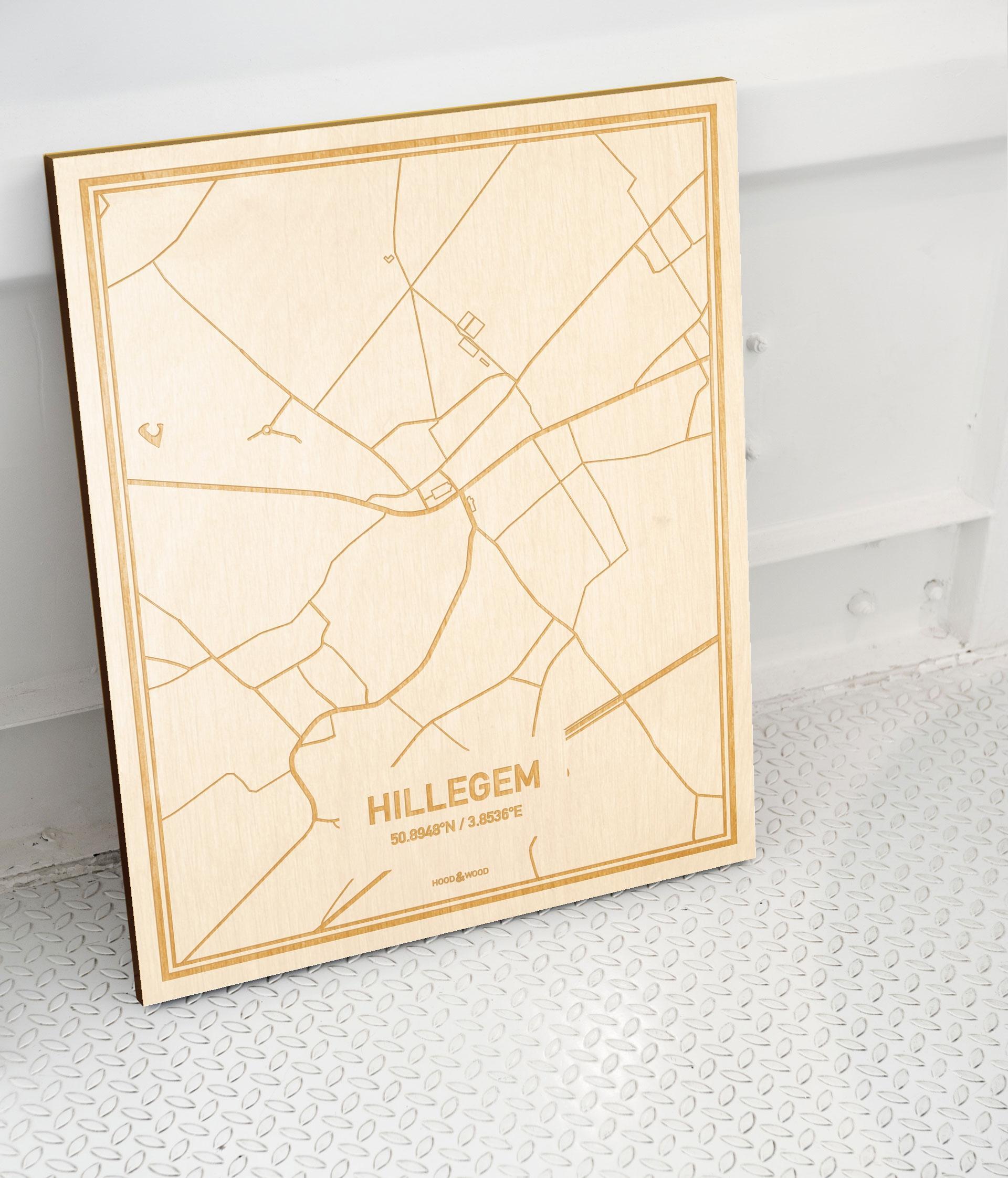 Plattegrond Hillegem als prachtige houten wanddecoratie. Het warme hout contrasteert mooi met de witte muur.