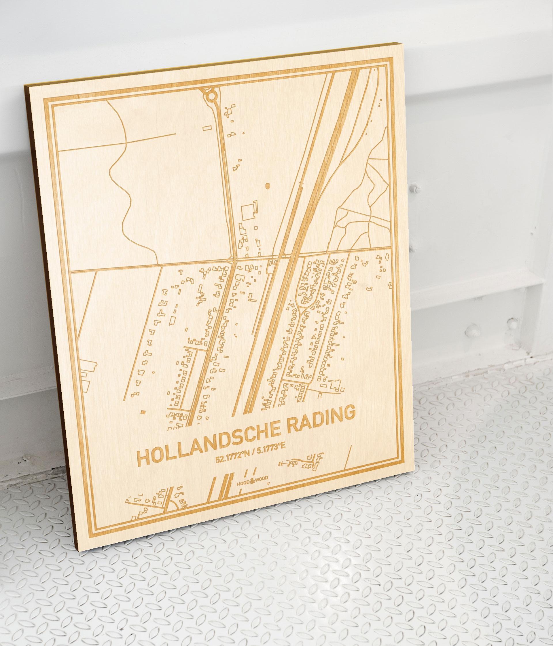 Plattegrond Hollandsche Rading als prachtige houten wanddecoratie. Het warme hout contrasteert mooi met de witte muur.