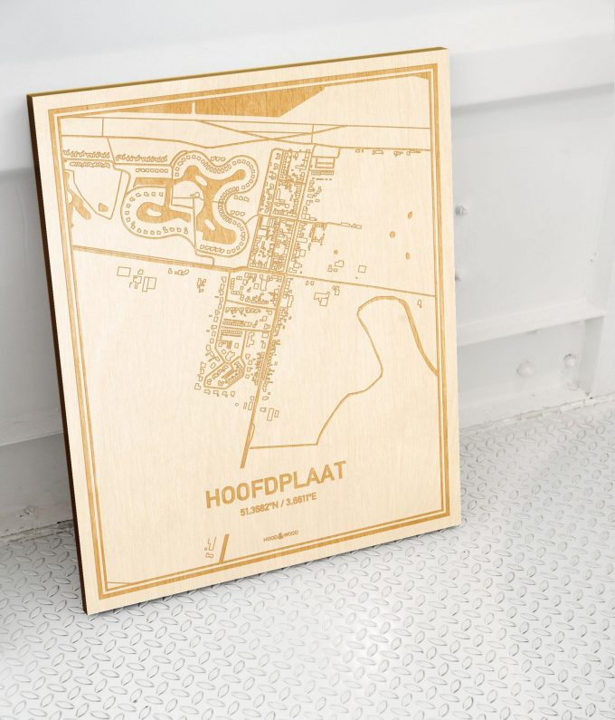 Plattegrond Hoofdplaat als prachtige houten wanddecoratie. Het warme hout contrasteert mooi met de witte muur.