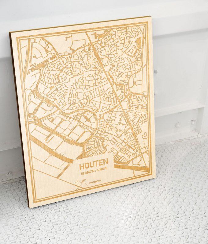 Plattegrond Houten als prachtige houten wanddecoratie. Het warme hout contrasteert mooi met de witte muur.