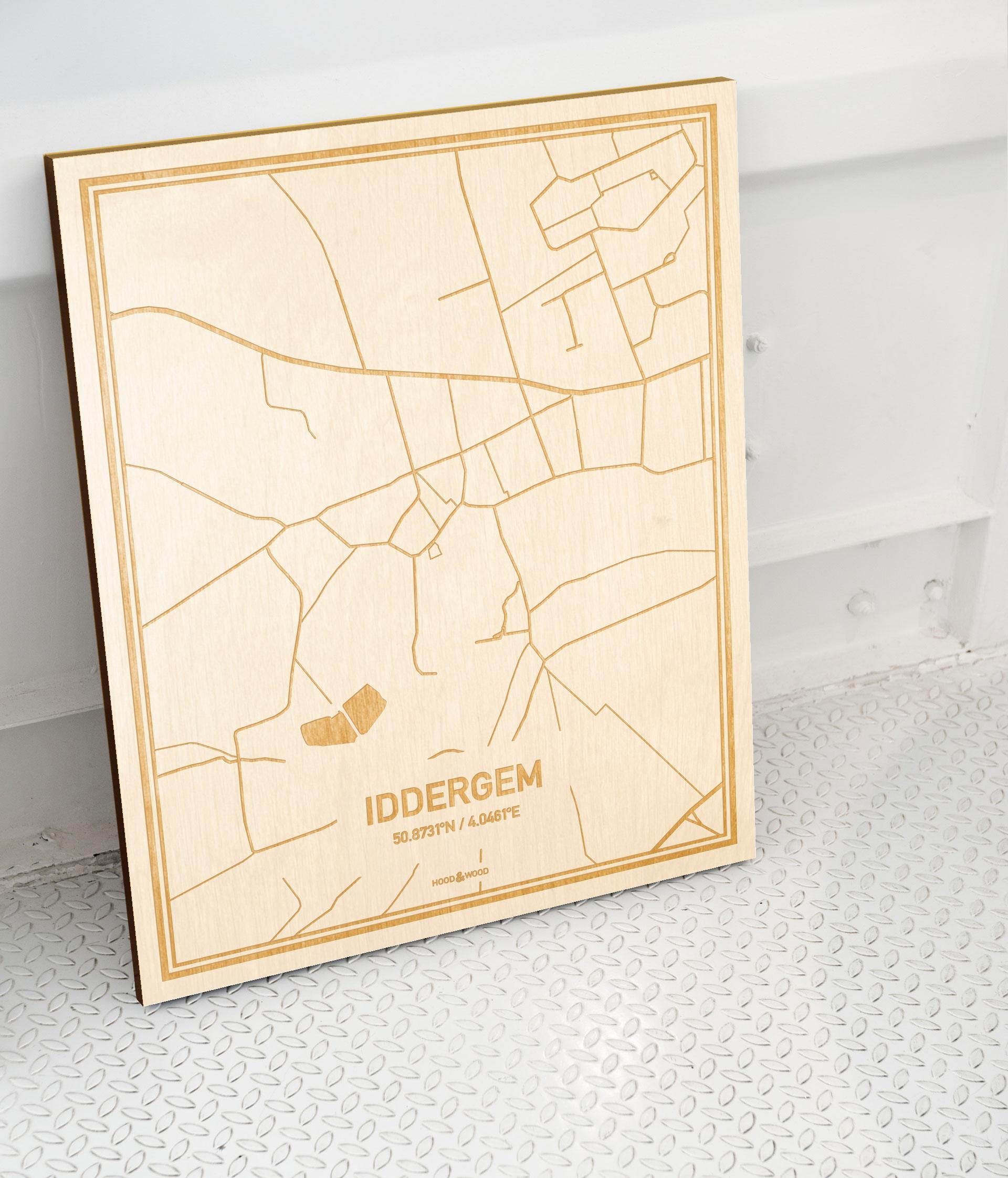 Plattegrond Iddergem als prachtige houten wanddecoratie. Het warme hout contrasteert mooi met de witte muur.